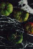 Tomates déprimées dans un dessus de marbre image stock