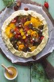 Tomates d'héritage au goût âpre avec du fromage bleu, le thym et le miel photographie stock