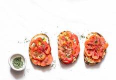 Tomates d'héritage, feta, bruschette d'origan sur un fond clair, vue supérieure Apéritifs délicieux, tapas image libre de droits