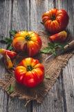Tomates d'héritage pour la cuisson photographie stock libre de droits
