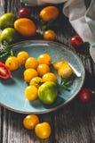 Tomates d'héritage sur la table de cuisine photos stock
