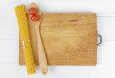 Tomates da colher dos espaguetes da massa brancos Imagens de Stock