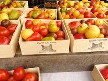 Tomates da herança para a venda no mercado do fazendeiro do verão Fotos de Stock Royalty Free