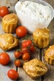 Tomates da ricota dos queques na tabela rústica Fotos de Stock