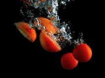 Tomates dans l'eau Photo stock