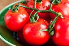 Tomates dans la cuvette verte photo libre de droits