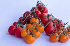 Tomates dans le groupe sur le fond blanc image stock