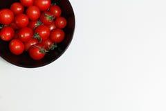 Tomates dans le plat noir Photos stock