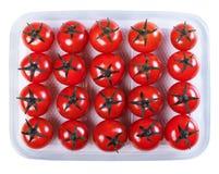 Tomates dans un récipient en plastique Image stock