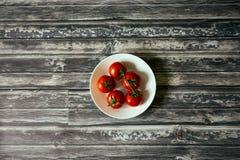 Tomates dans une cuvette circulaire blanche à partir de dessus vers le bas images libres de droits