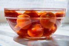 Tomates dans une cuvette complètement de l'eau Photo libre de droits
