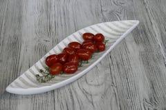 Tomates dans une cuvette décorative sur une table Photo libre de droits