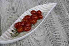 Tomates dans une cuvette décorative sur une table Images libres de droits