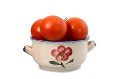 Tomates dans une cuvette d'isolement sur le blanc Photo libre de droits