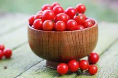 Tomates dans une cuvette en bois Image libre de droits