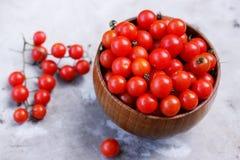 Tomates dans une cuvette en bois, vue supérieure Photographie stock