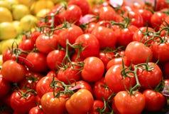 Tomates de botte à vendre sur le marché photographie stock libre de droits