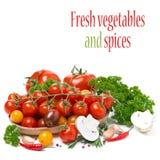 Tomates de cereja coloridos em uma bacia de madeira, cogumelos, ervas Imagens de Stock