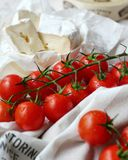 Tomates de cereja com queijo Fotos de Stock