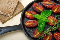 Tomates de cereja cozidos com manjericão e tomilho Fotografia de Stock