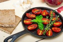 Tomates de cereja cozidos com manjericão e tomilho Foto de Stock
