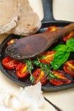 Tomates de cereja cozidos com manjericão e tomilho Imagens de Stock