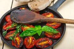 Tomates de cereja cozidos com manjericão e tomilho Fotos de Stock