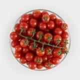 Tomates de cereja da vista superior na bacia de vidro isolada no backgro branco Fotos de Stock Royalty Free