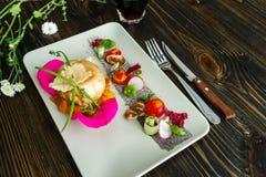 Tomates de cereja do Res no fundo de madeira Imagens de Stock Royalty Free