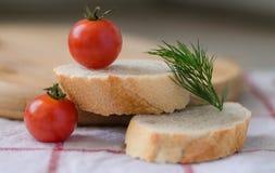 Tomates de cereja e aneto no baguette fresco cortado Imagem de Stock Royalty Free