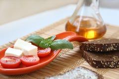Tomates de cereja e azeitonas frescos de kalamata no brinde Imagem de Stock Royalty Free
