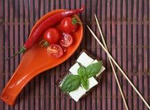 Tomates de cereja e azeitonas frescos de kalamata no brinde Fotos de Stock Royalty Free