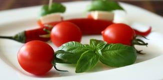 Tomates de cereja e azeitonas frescos de kalamata no brinde Foto de Stock Royalty Free