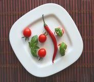 Tomates de cereja e azeitonas frescos de kalamata no brinde Fotografia de Stock