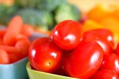 Tomates de cereja e legumes frescos Fotos de Stock