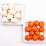 Tomates de cereja e mozarella no fundo branco imagens de stock