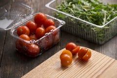 Tomates de cereja em pratos plásticos Fotografia de Stock