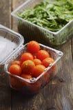 Tomates de cereja em pratos plásticos Foto de Stock