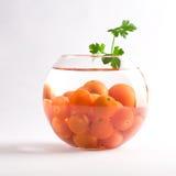 Tomates de cereja em um aquário de vidro fotografia de stock