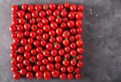 Tomates de cereja em um formulário quadrado Fundo colorido dos tomates dos tomates Fotografia de Stock Royalty Free