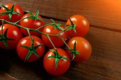 Tomates de cereja em um lugar de madeira marrom gasto do fundo para o texto fotografia de stock royalty free