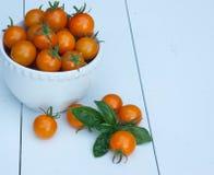 Tomates de cereja em uma bacia branca Imagens de Stock Royalty Free