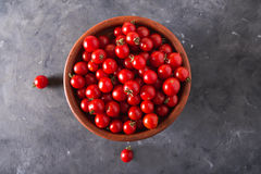 Tomates de cereja em uma bacia da argila Fundo colorido dos tomates dos tomates Fotografia de Stock Royalty Free