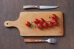 Tomates de cereja em uma placa de estaca fotos de stock royalty free