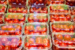 Tomates de cereja embalados em uns recipientes plásticos Fotos de Stock