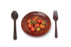 Tomates de cereja frescos na madeira da placa Imagens de Stock