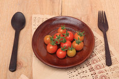 Tomates de cereja frescos na madeira da placa Imagem de Stock Royalty Free