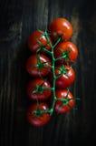 Tomates de cereja frescos no fundo de madeira rústico Fotografia de Stock Royalty Free
