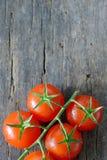 Tomates de cereja maduros na madeira Foto de Stock