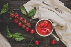 Tomates de cereja, manjericão e molho de tomate frescos na tabela de madeira, vista superior Imagens de Stock